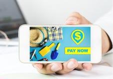 Homem de negócio que guarda um smartphone para o pagamento em linha da loja agora imagens de stock