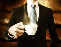 Homem de negócio que guarda uma xícara de café Foto de Stock