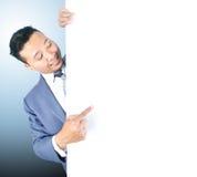 Homem de negócio que guardara a placa branca Foto de Stock
