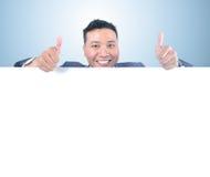 Homem de negócio que guardara a placa branca Fotos de Stock Royalty Free