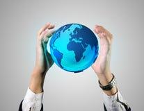 Homem de negócio que guardara um globo da terra Fotos de Stock Royalty Free