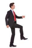 Homem de negócio que intensifica e que move-se para a frente foto de stock