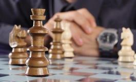 Homem de negócio que joga a xadrez fotografia de stock