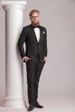 Homem de negócio que levanta com suas mãos em uns bolsos Imagens de Stock Royalty Free