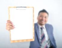 Homem de negócio que mostra a almofada de nota Foto de Stock Royalty Free