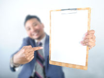 Homem de negócio que mostra a almofada de nota Imagens de Stock Royalty Free