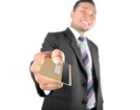 Homem de negócio que mostra o cartão de crédito Imagem de Stock