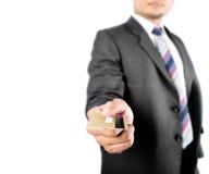Homem de negócio que mostra o cartão de crédito Imagem de Stock Royalty Free