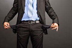 Homem de negócio que mostra seus bolsos vazios Fotos de Stock Royalty Free