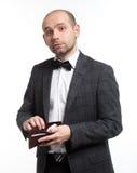 Homem de negócio que mostra sua bolsa vazia foto de stock
