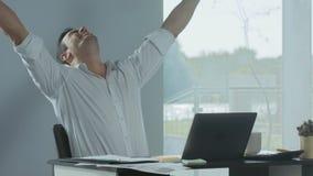 Homem de negócio que obtém a boa notícia pelo e-mail Freelancer que trabalha no laptop video estoque