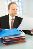 Homem de negócio que olha sobre o arquivo Imagem de Stock Royalty Free