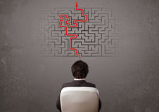 Homem de negócio que olha um labirinto e a maneira para fora Fotos de Stock