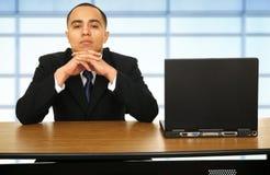 Homem de negócio que pensa sobre seu portátil fotos de stock royalty free
