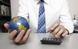 Homem de negócio que prende um globo Fotografia de Stock Royalty Free