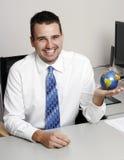 Homem de negócio que prende um globo Imagens de Stock