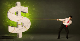Homem de negócio que puxa um sinal de dólar verde grande Fotos de Stock Royalty Free