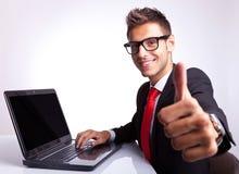 Homem de negócio que trabalha e que mostra está bem Foto de Stock