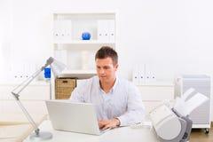 Homem de negócio que trabalha em casa Fotografia de Stock Royalty Free