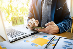 Homem de negócio que trabalha no escritório com dat do portátil, da tabuleta e do gráfico Foto de Stock Royalty Free