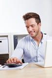 Homem de negócio que usa a calculadora imagem de stock