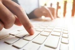 Homem de negócio que usa a mão do escritório do laptop no fim do teclado acima com negócio foto de stock royalty free
