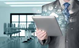Homem de negócio que usa o PC da tabuleta Fotografia de Stock