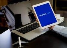 Homem de negócio que usa o registro Web site de COM para registrar sua viagem de negócios imagens de stock