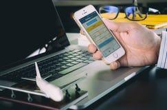 Homem de negócio que usa o registro Web site de COM para registrar sua viagem de negócios imagem de stock royalty free