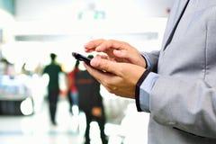 Homem de negócio que usa o telefone celular ou o Smartphone Fotografia de Stock