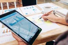 Homem de negócio que usa a tabuleta digital com carta Caf exterior do relatório imagem de stock royalty free