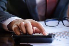 Homem de negócio que usa uma calculadora Imagem de Stock