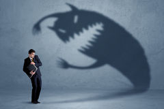 Homem de negócio receoso de seu próprio conceito do monstro da sombra imagens de stock