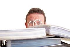 Homem de negócio receoso do exame oficial dos livros contábeis de imposto Imagens de Stock