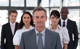 Homem de negócio sênior na frente da equipe imagem de stock royalty free