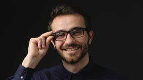 Homem de negócio seguro que sorri na câmera video estoque