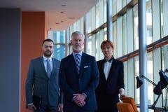 Homem de negócio superior com sua equipe no escritório Foto de Stock