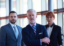 Homem de negócio superior com sua equipe no escritório Imagem de Stock Royalty Free