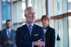 Homem de negócio superior com sua equipe no escritório Imagens de Stock