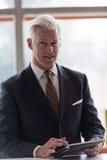 Homem de negócio superior que trabalha no tablet pc Fotografia de Stock