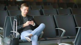 Homem de negócio urbano que fala no telefone esperto que viaja para dentro no aeroporto Revestimento vestindo do terno do homem d vídeos de arquivo