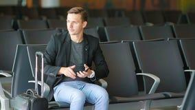 Homem de negócio urbano que fala no telefone esperto que viaja para dentro no aeroporto Revestimento vestindo do terno do homem d video estoque