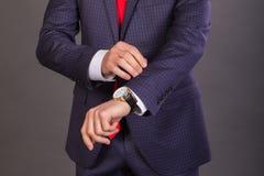 Homem de negócios à moda em um fundo escuro Imagens de Stock