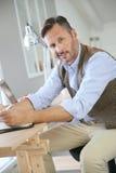 Homem de negócios à moda no escritório imagens de stock