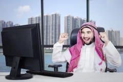 Homem de negócios árabe bem sucedido no escritório imagens de stock royalty free