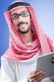 Homem de negócios árabe com tabuleta Fotografia de Stock