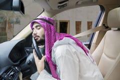 Homem de negócios árabe que dorme no carro imagem de stock