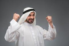 Homem de negócios árabe que levanta suas mãos imagens de stock
