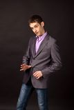 Homem de negócios adulto no fundo preto Fotos de Stock Royalty Free