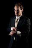Homem de negócios adulto que aponta ao pulso de disparo, fim do prazo Imagens de Stock Royalty Free